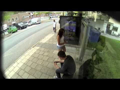いつものバス停でいつものようにバスを待っていたら...。あれ? あれあれ? サイネージ枠の中に自分が映ってるんですけど!しかもリアルタイムに...