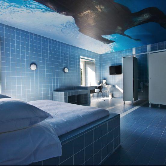 Richard Hutten kamer: Richard Hutten kamer 9 - logeren in een zwembad, met zwemmende olifanten boven je hoofd. Een ontwerp van Richard Hutten
