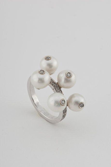 Pin de Teresa Soares.  Obrigada por partilhar um Anel em Ouro Branco, Brilhantes e Pérolas Maria João Bahia na sua rede.  #mariajoaobahia #noivado #noivas #casamento #engagement #wedding #bride #bridal #pearl #whitegold #perola #ourobranco #ring #anel #joiasdeautor #joias #jewelry #avenidadaliberdade #sparkle #shiny #luxury #luxo #brilho #brilhante #obrigada