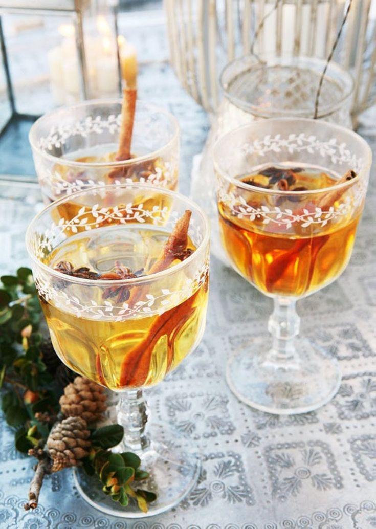 Hvitvinsgløgg  Oppskrift på hvitvinsgløgg, 8-10 glass:  2,5 dl vann  1 dl sukker  1 ts hel nellik  2 hele stjerneanis  2 kanelstenger  2 strimler appelsinskall  2 strimler sitronskall  1 flaske søt hvitvin