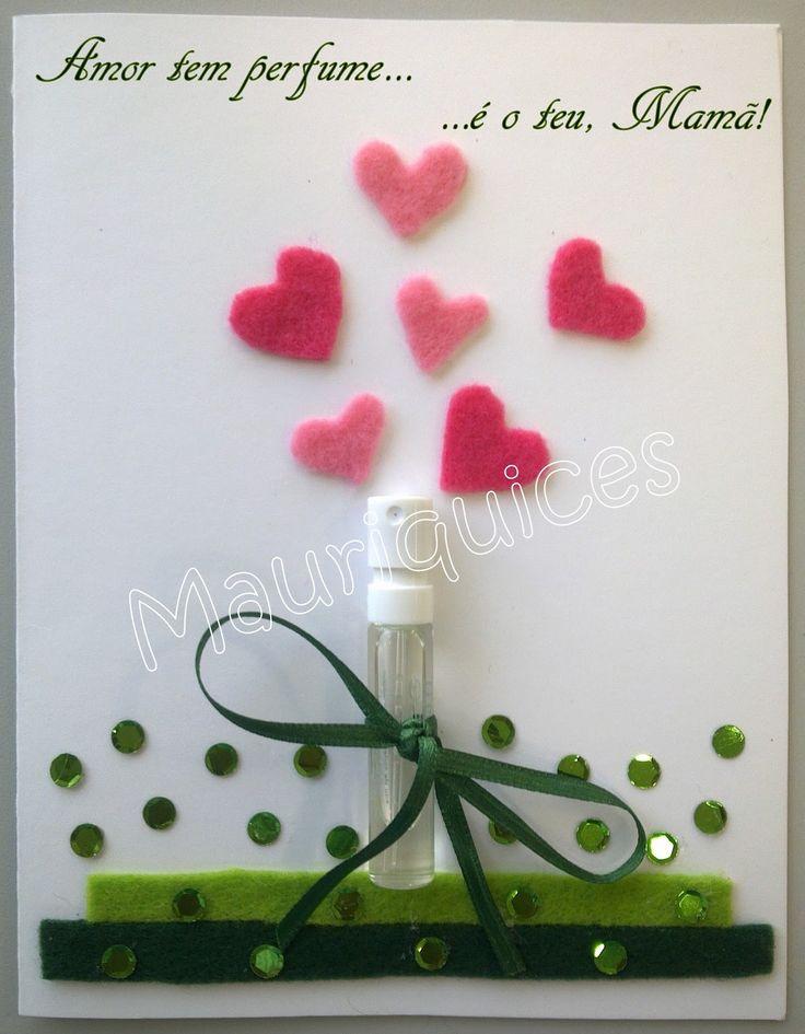 Fiz uma nova versão de um postal com um perfume para oferecer à Mãe. Para os corações utilizei feltro cor de rosa, para a relva feltro e br...