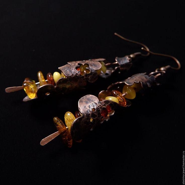 Купить или заказать Медные длинные серьги с янтарем Марокканские фонарики (восток цветы) в интернет-магазине на Ярмарке Мастеров. Закрученные в спираль медные цветочные завитки, в глубине которых притаились - словно свечки! - низанные бусинки солнечного и теплого янтаря! Ну чем не крохотные марокканские фонарики, которые делают восточные кузнецы?! Для тех, кто любит восточную сказку, тепло южного солнца, крики купцов-зазывал на базаре, шум-огни-ароматы арабских городов - всем восточным…