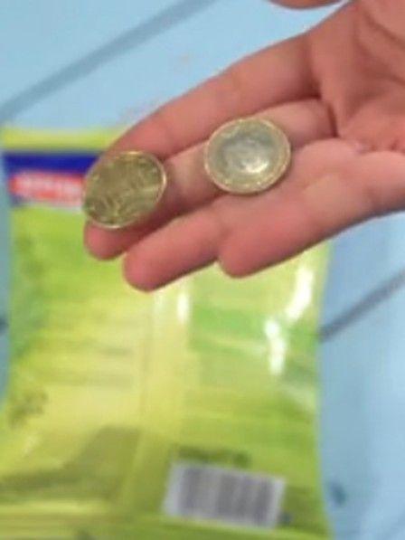 Egal ob Chips oder Gummibärchen: Jeder kennt es, dass sich eine Tüte nicht öffnen lässt. So lässt sich jede Tüte einfach mit zwei Münzen öffnen.