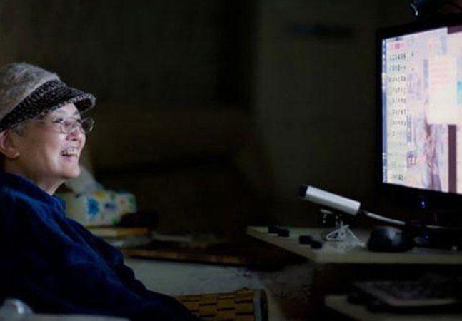 Escrever um livro está longe de ser uma tarefa simples. Mas e se você pudesse digitar apenas 6 caracteres por minuto e não conseguisse movimentar nenhuma parte do corpo, exceto a cabeça? O desafio fica ainda maior, mas a chinesa Gong Xunhui, 62, que sofre de ELA (Esclerose Lateral Amiotrófica) aceitou tentar. Desde 2006 presa a uma cadeira de rodas, ela enfrenta a degeneração progressiva dos neurônios motores e a consequente atrofia muscular há 12 anos – um tempo louvável, dado quea…
