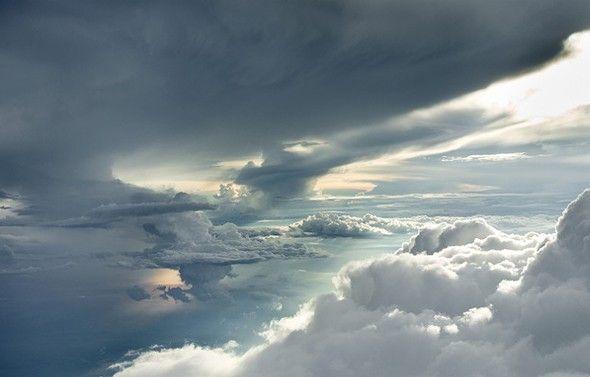 Photos nébuleuses par Rudiger Nehmzow  Voici une série de photos sur le thème des nuages réalisées par Rudiger Nehmzow. Tout le monde est fasciné par les nuages, qui ne s'est jamais allongé dans l'herbe pour scruter le ciel et personnifier les cumulus, les stratus ou encore les cumulonimbus, rien que leurs noms sont captivants!