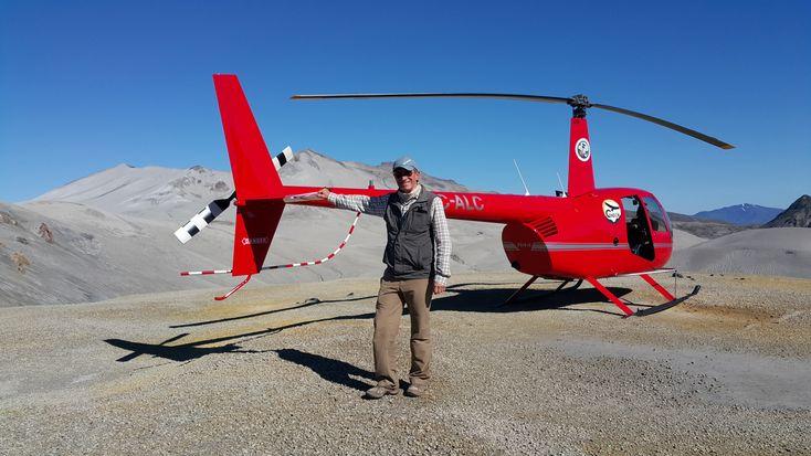 Sergio Nuño junto al Helicoptero Robinson R44 Raven II con que se filmo la serie Por Los Ojos del Condor entre 2014 y 2015 que fue exhibido por La Red Television. Posado muy cerca del crater del volcán Puyehue, y junto al gran campo de lavas del complejo volcánico Caulle