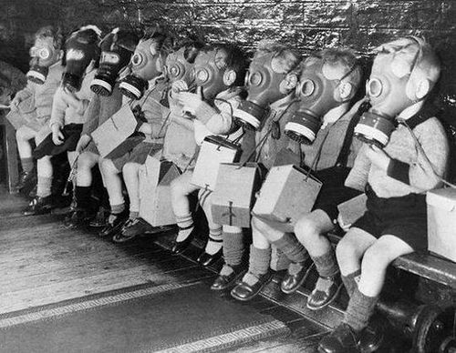 niños con mascaras de gas