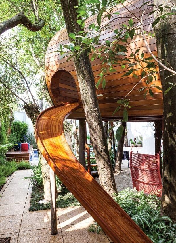 A metragem enxuta não limitou a criatividade, e o quintal ganhou um jardim supercharmoso com casa na árvore e áreas para entreter das crianças aos adultos