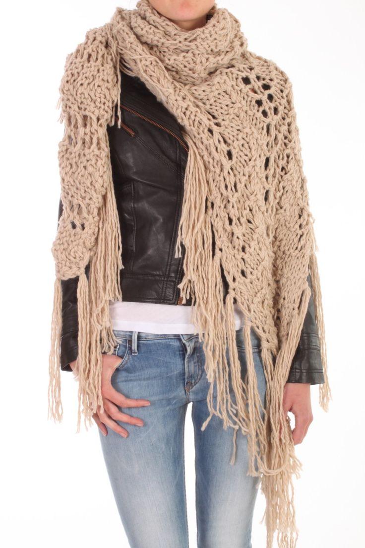 Deze omslagdoek van Twin-Set is gemaakt van 100% acryl maar voelt aan als katoen. De sjaal heeft een open breisel en heeft de vorm van een driehoek. Art. PFA3AW 0368