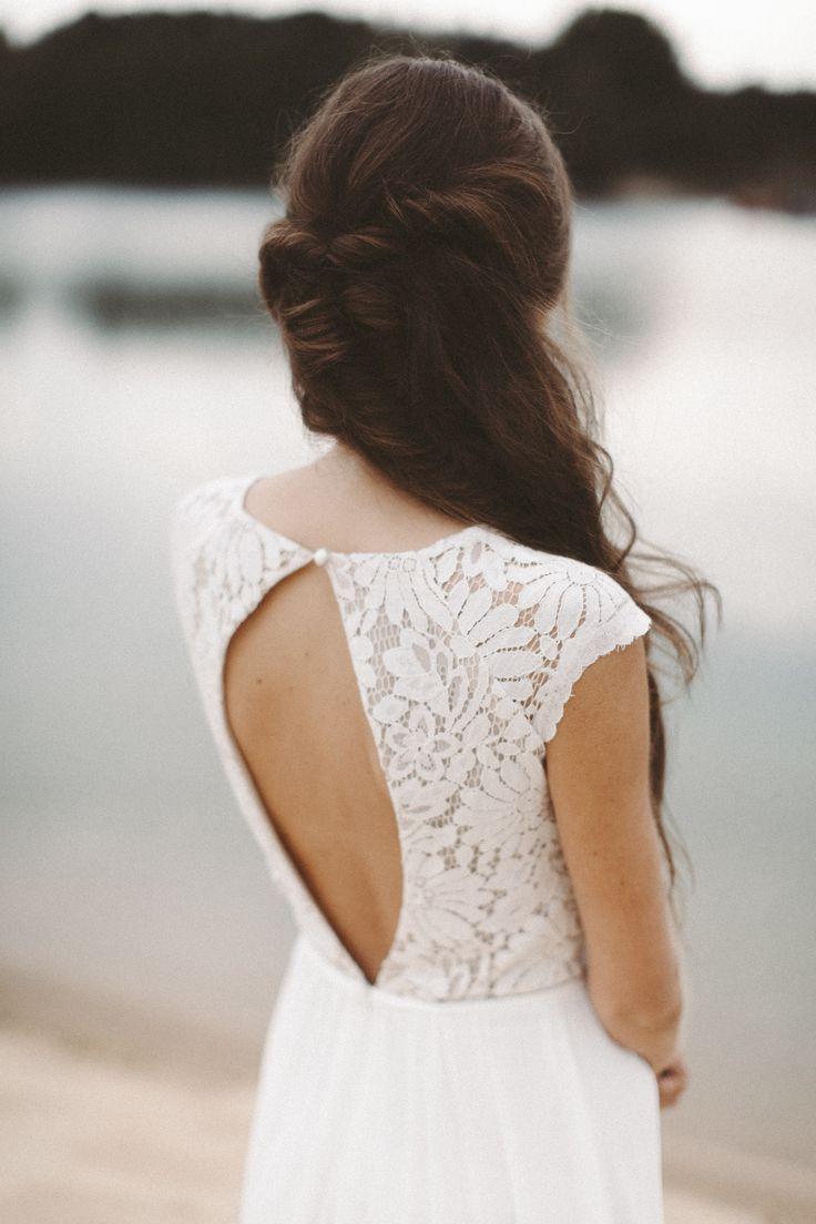 Brautkleid mit Rückenausschnitt aus Spitze und fliessenden Stoffen Hochzeitskle…