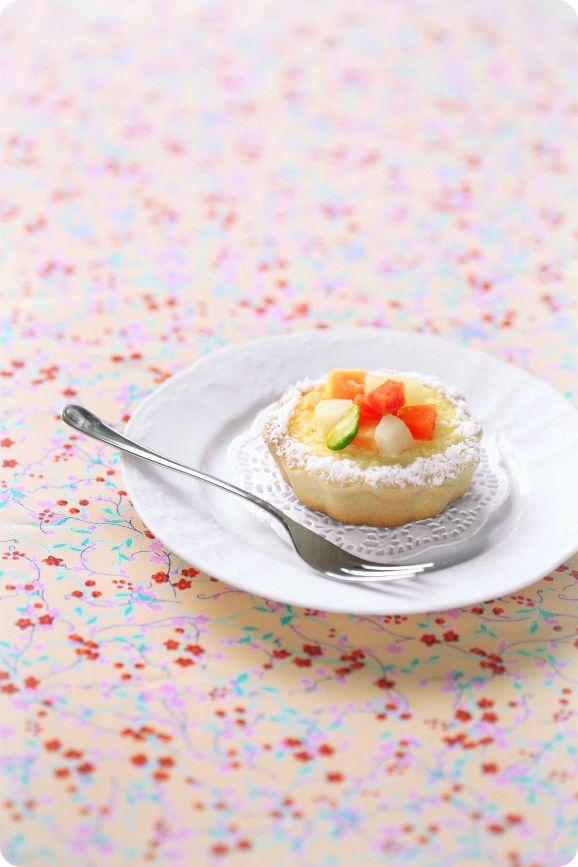 A receita em português está em baixo.    Изящные пирожные с запечённым кокосовым кремом и сочными фруктами. Кокосовая стружка обя...