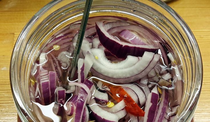 Nytt favorittilbehør til taco, syltet rødløk / New favorite condiment for our Friday's tacos: pickled red onion
