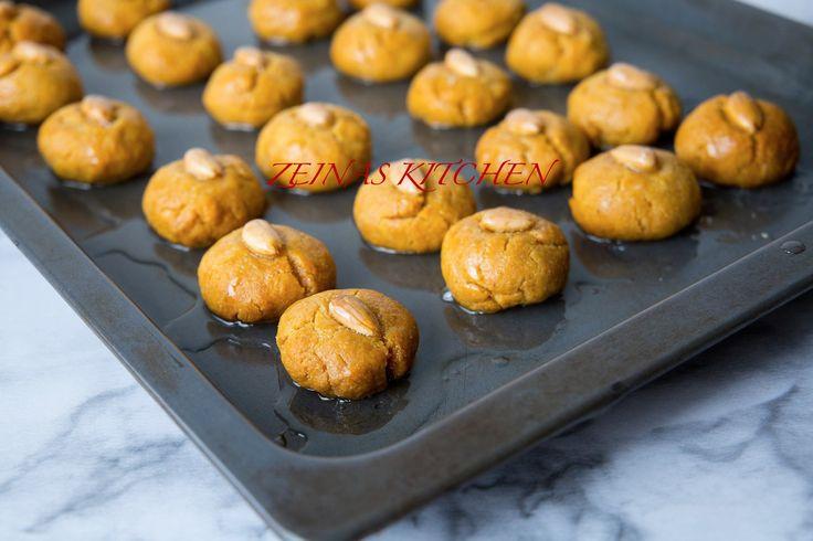 Goda turkiska småkakor sötade med sirap. Sekerpare ska gärna bakas dagen innan servering så de hinner suga till sig sirapen och bli härligt kladdiga och söta. Underbara att servera med en kopp kaffe eller te. Ca 30 st kakor 5 dl vetemjöl 1 dl mannagryn 175 g smör 2 st ägg 2,5 tsk bakpulver 2 tsk vaniljsocker Smaksättning: Citronzest från 1 citron eller 1 tsk kardemumma (jag tar kardemumma) Garnering: Ca 30 st skalade mandlar eller hasselnötter Finhackad pistage (valfritt) Sirap: 2 dl socker…