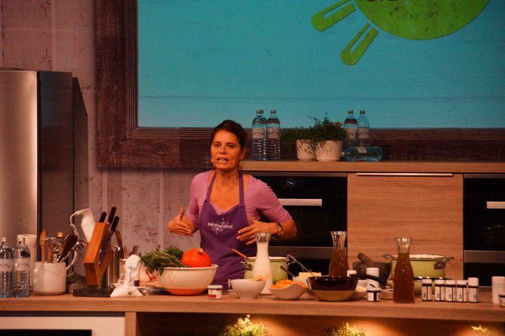 Sarah Wiener bei Kochvorführung
