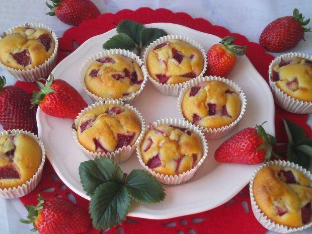 Muffinki z truskawkami~. To doskonały deser dla całej rodziny!