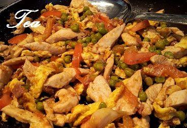 Pollo con verdure alla salsa di soia. Il pollo condito con salsa di soia e cotto nella wok - tipica padella utilizzata nella cucina cinese - sono un piatto