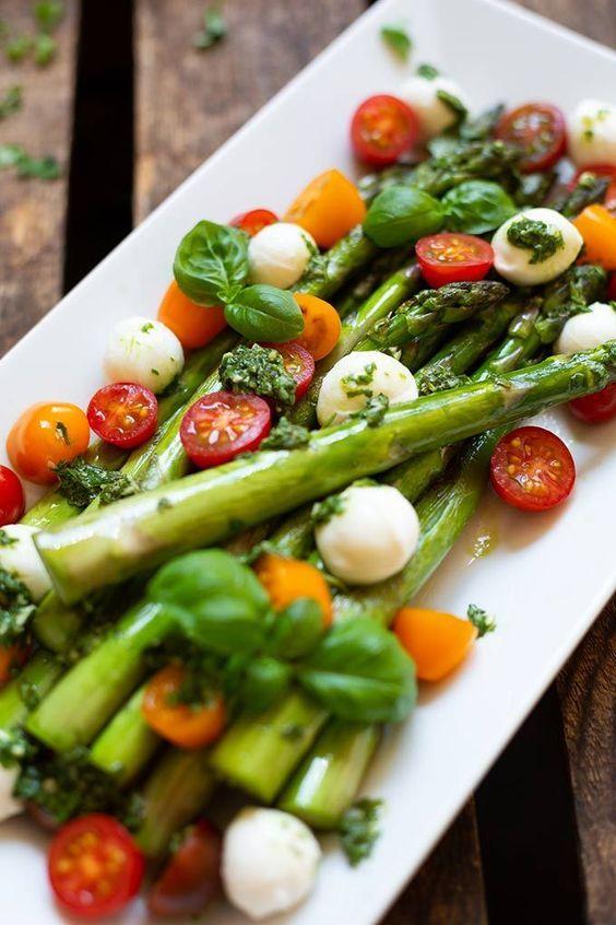 Spargel-Caprese-Salat mit Basilikum-Dressing