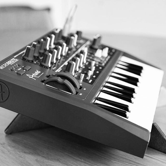 KOSMO stand & Arturia MicroBrute. • • • KOSMO unites two separable tabletop stands, made of interlocking wooden pieces, easy to assemble thanks to their different colours. http://cremacaffedesign.com/kosmo • • • Photo by @loopopmusic