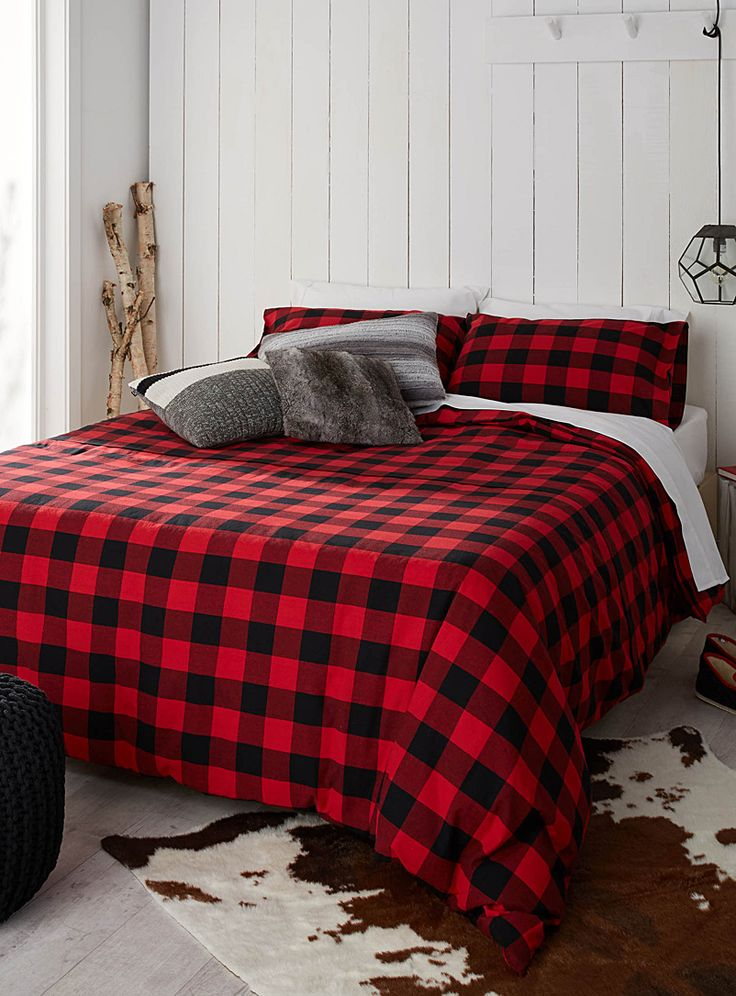 Exclusivité Simons Maison Le célèbre carreau emblématique de la tendance chalet rustique, en contraste chaleureux de rouge et de noir, tissé dans un pur coton doux tout confort. L