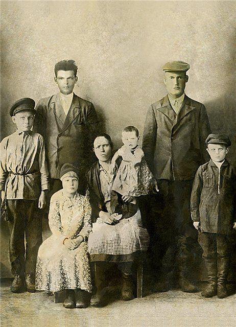 У многих из нас хранятся старые фотографии, которые сильно пострадали от времени. Заломы, царапины, пятна клея - все это уничтожает картину. Восстановить фотогр