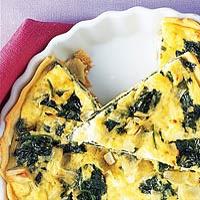 Spinazie-kaastaart ( zonder bladerdeeg ). Extra ingredienten: kastanje champignons, 2 rode ui, 250 gr spekjes, 3 extra eieren. Oven extra verwarmen van onder zodat ei goed opstijft.