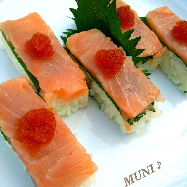 冷凍のサーモンがあったのでちらし寿司にしようと思ったけど押し寿司に変更! サーモンは凍ってるまま切ると薄く切れるよ! エビにしたり明石のアナゴにしたり鯛のお刺身にしたり色々楽しめるよ(*^▽^*) ホントはイクラが乗せたかったけど冷凍してたトビッコで♪ - 104件のもぐもぐ - サーモンの押し寿司♪ by MUNI3