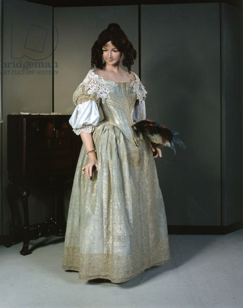 Silver-tissue dress, 1660s (photo) (see also 419618 & 329165) description with lace details; made from silk, lace and silver metal thread; location Fashion Museum, Bath and North East Somerset Council