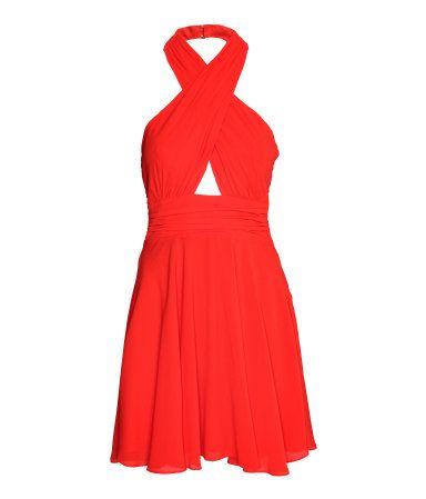 Rot. Knielanges Kleid aus Crêpe-Chiffon. Neckholder-Oberteil im Wickelschnitt mit Häkchenverschluss im Nacken. Drapierung im Rücken und verdeckter Seitenrei