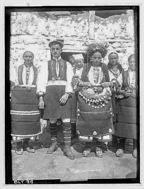 Grèce ; Macédoine ; Negocani (Νίκη-Φλώρινα)  (1916-1917) Légende Les mariés en costume de cérémonie entourés de jeunes filles Auteur photoBlanchet, Joseph