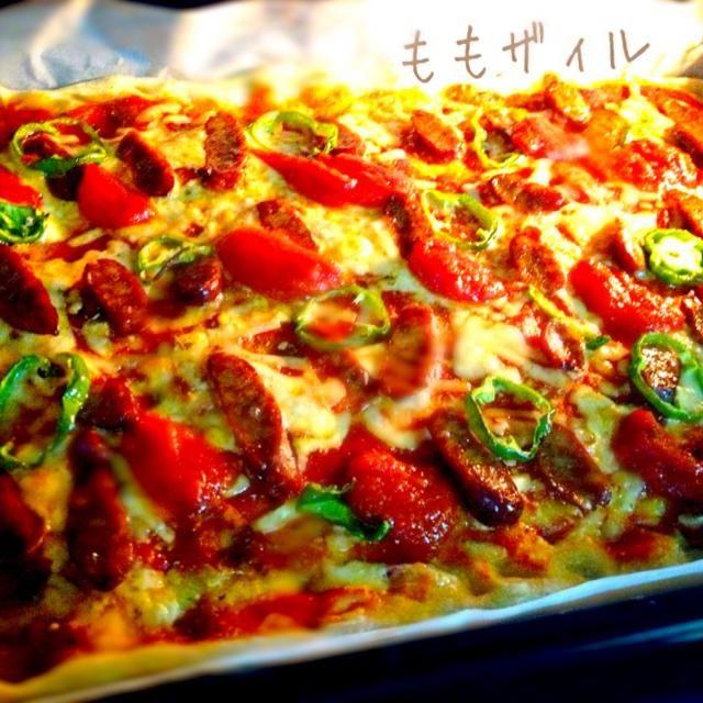 (ブラートヴルスト)というドイツの仔牛肉のソーセージ☆ ドイツ土産に、旦那さんの会社の同僚さんから頂いたのを すっかり忘れてた~꒰ ˃̆ૢ௰˂̆ૢഃ◍꒱ ੭ੇʓ ੭ੇʓ✧  しっかり味のついたあらびきソーセージなんだね~! 自家製ハーブ塩だけで味つけてシンプルに。    Oryちゃんのケチャップをかけて鮮やかに仕上げました♡ - 174件のもぐもぐ - Rostbsatwtrste Pizza by けいちゃん(ももザィル)