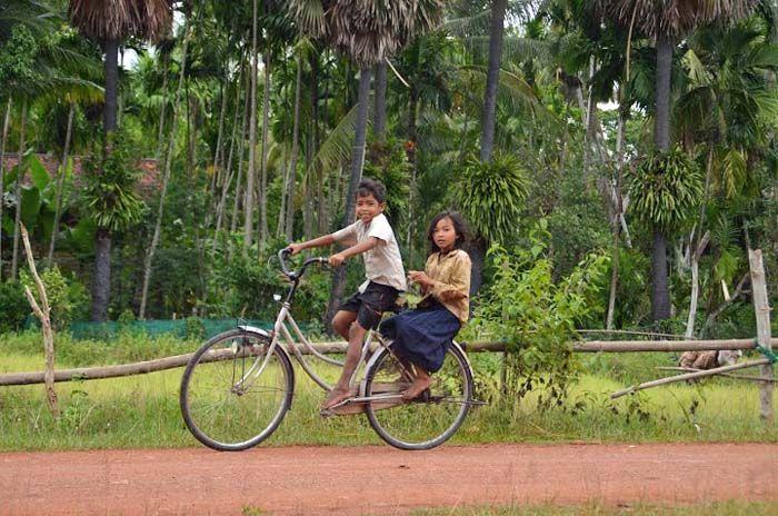 De fiets is ook in Cambodja een geliefd transportmiddel!