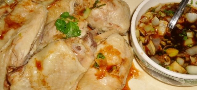 Eerst word kip langsaam gegaard in Chinese kippenbouillon en erna gegeten met een heerlijke dipsaus