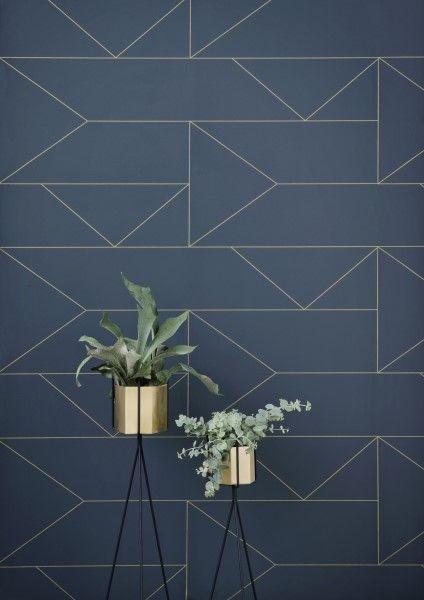 Wil jij je wand snel een nieuwe look geven? Shop hier het behang Lines van ferm LIVING in donkerblauw met een subtiel lijnen patroon in goud  .