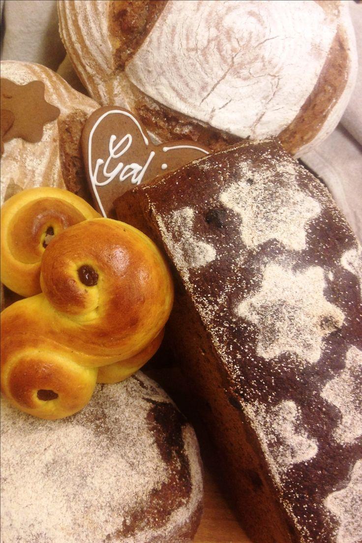 2 bröd Vörtbröd hör julen till, det är underbart att njuta med en god ost eller med första skivan nykokt julskinka. Till receptet används vörtsirap. Om du har svårt att hitta det kan det ersättas med samma mängd mörk sirap samt en eller två påsar vörtkrydda. (Det brukar stå på kryddpåsen hur många bröd den… Fortsätt att läsa →