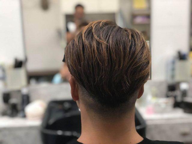 ツーブロック後ろのおすすめの形は 後ろ姿だけの髪型100選 後ろの頼み方は かぶせると刈り上げの違いを現役理容師が解説 サロンセブン 2021 メンズ ヘアスタイル ツーブロック 髪型 メンズ ヘア パーマ