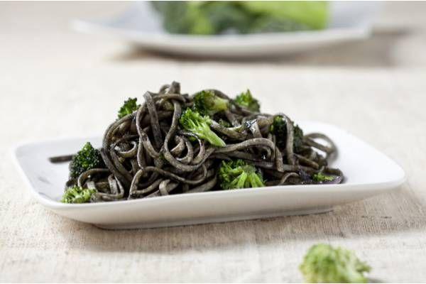 Deja con la boca abierta a tus invitados y cocina la receta de tagliatelle con tinta de calamar y brócoli. Sabor y sencillez en un mismo plato.
