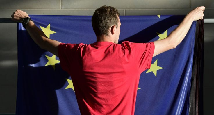 Ein Mann hängt die EU-Flagge ab