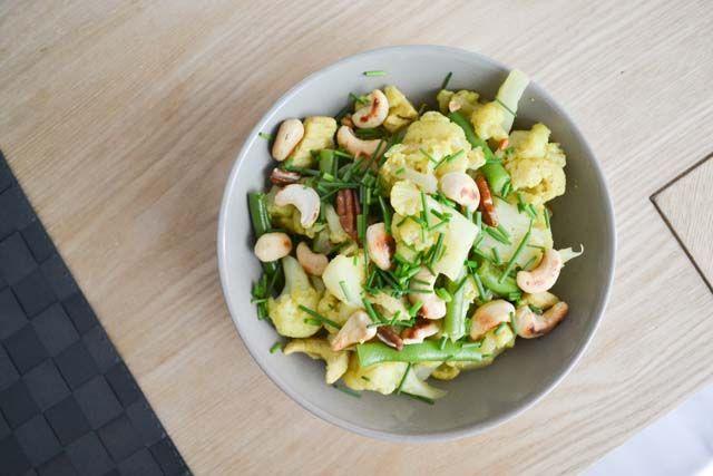 Een gezonde kip kerrie, koolhydraatarm, die makkelijk te maken is en boordevol groenten zit. Daar houden wij wel van! Hier vind je het recept.