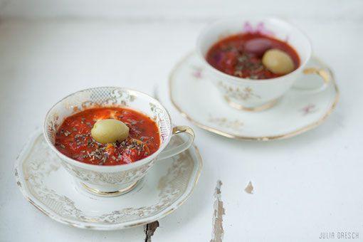 Mediterrane Tomatensuppe mit Oliven - Die einfachste und schnellste Tomatensuppe: mit Oliven verfeinert überzeugt sie sogar als leichte Hauptspeise.