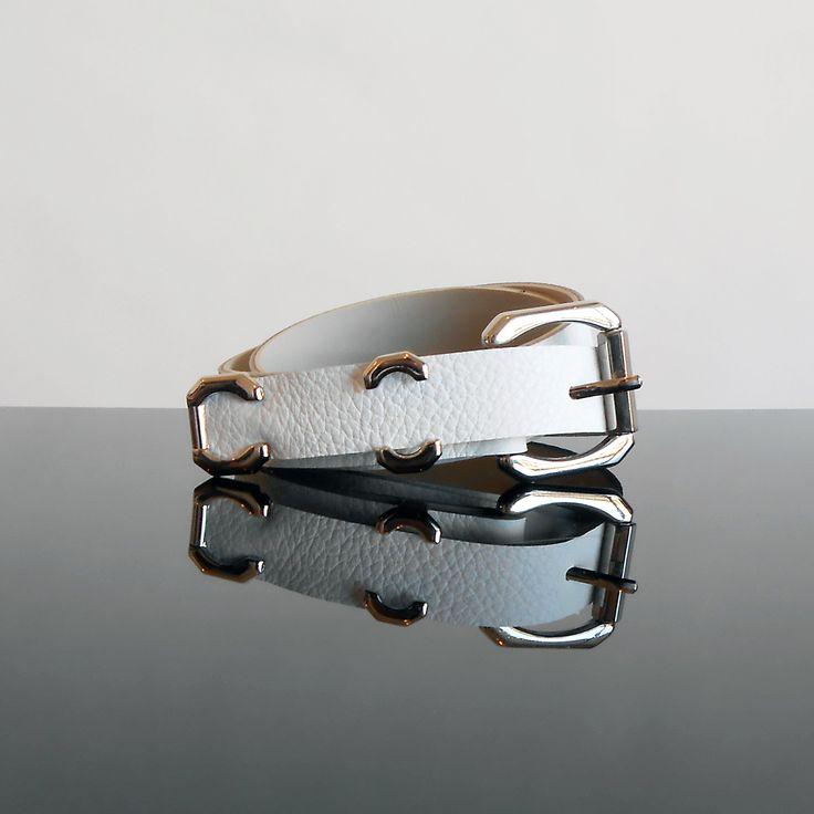 Cinturón /Frente en cuero en tono blanco /Hebilla en tono niquel /Largo 105cm / Ancho 3cm