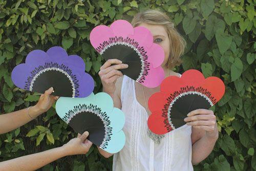 """un joli éventail disponible en 4 couleurs... il est aussi possible d'imprimer deux fois les pétale pour faire une fleur """"complète"""" !"""