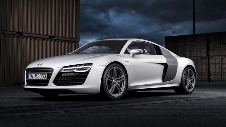 Audi rend sa voiture de sport haute performance, l'Audi R8, encore plus attrayante et dynamique. L'Audi R8 V10 Plus est le nouveau modèle phare de la gamme, équipé d'une toute nouvelle boîte double embrayage S-tronic à 7 rapports. Les phares avant et les nouveaux feux stop à LED avec affichage dynamique sont en série sur toutes les déclinaisons.