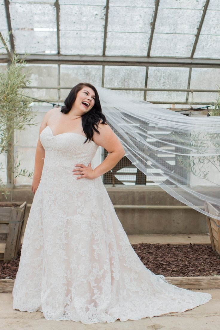 Gorgeous gown for a #curvybride. This gown can be found at Della Curva Tarzana CA. Photo by @jessicafairchild photography Santa Barbara, CA
