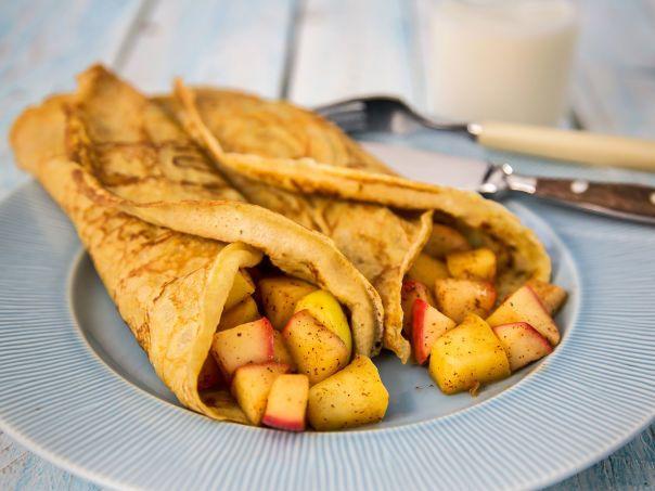 Litt grovere pannekaker med eple- og kanelfyl: 2 dl siktet hvetemel 2 dl sammalt fin hvete 4 stk egg 5 dl melk 0,5 ts salt smør til steking Eplefyll: 4 stk epler 1 ts panel smør til steking