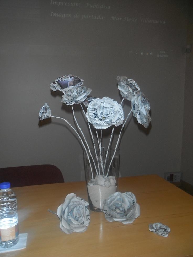 Que mejor que flores de letras para la presentación de un libro. Estas están hechas con papel de periódico.