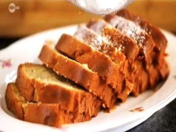 Deze honingcake zorgt zeker voor blije gezichten. Eigenlijk elke cake wel. In dit cakerecept wordt een deel van de suiker door lekkere honing vervangen, en tegelijk gaan er ook stukjes verse appel in. Het is een klassiek honingcake recept met een kleine twist.