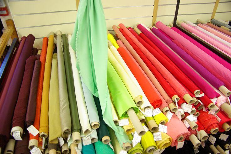 Tables de soies unies pour vos créations. Disponibles au rayon Couture & Haute Couture de votre magasin Ellen Décoration.