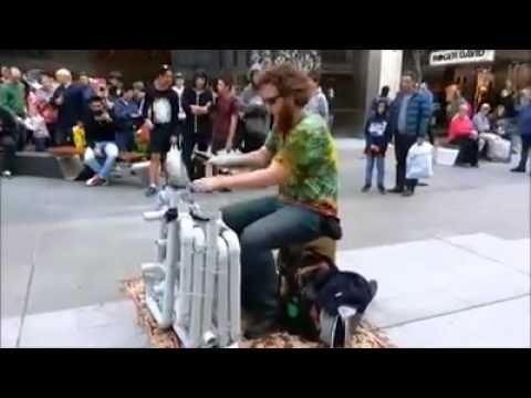 Un musicien de rue joue de la house Un musicien de rue joue de la house music avec juste des morceaux de tuyeaux et deux chaussures ..trop fort !