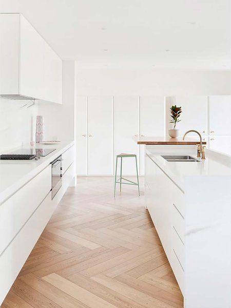 Cocina en color blanco con suelo de madera