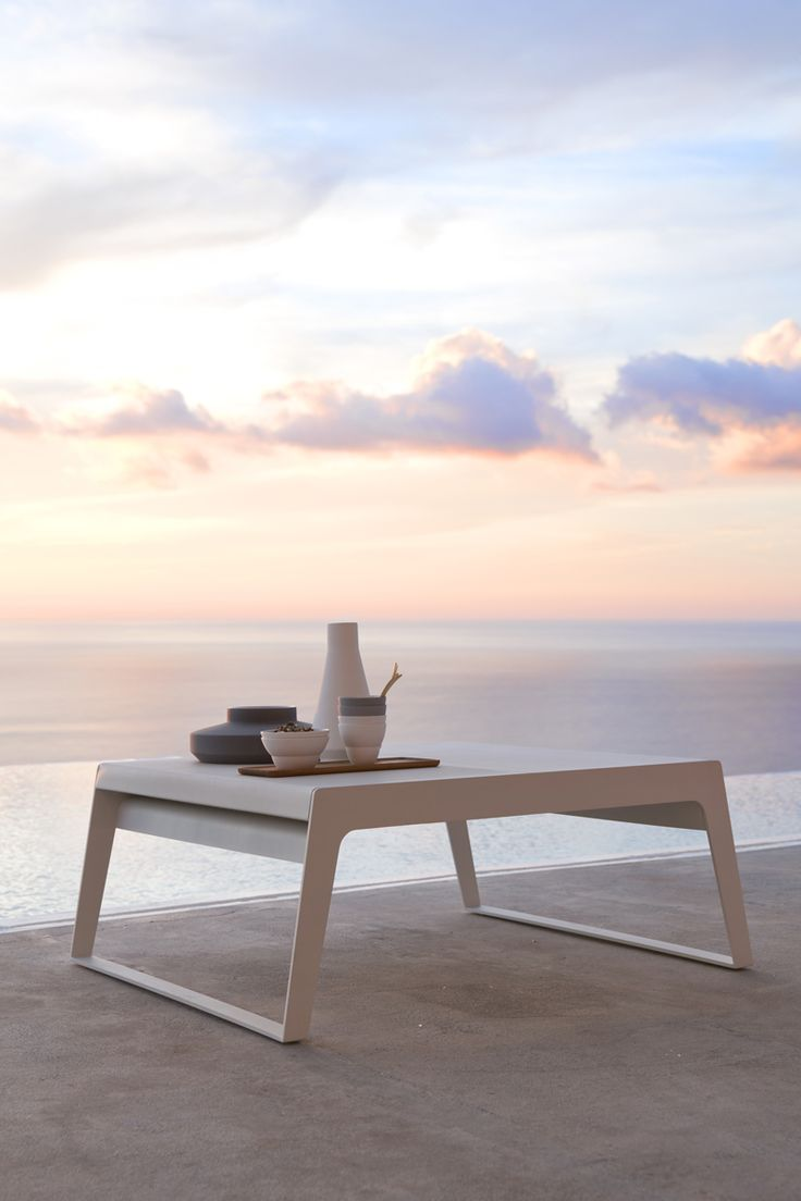 Usona Coffee Table 07003 - The top of this adjustable white aluminum coffee